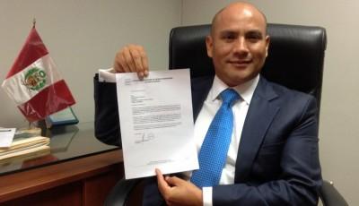 Joaquín Ramírez muestra la resolución de la ADFP-SD